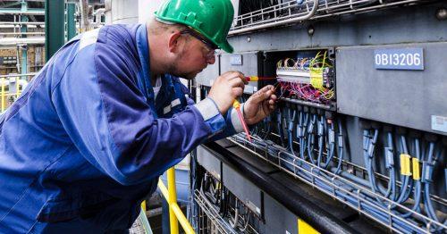 IÜREL Elektro-Techniker bei der Anlagenwartung
