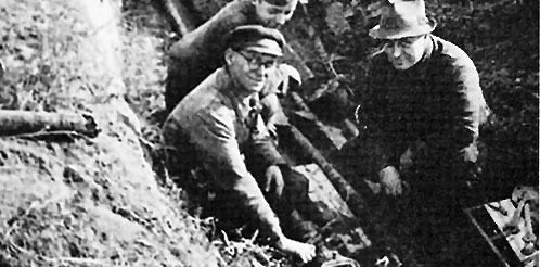 Historisches Bild: 3 Drei IFÜREL Mitarbeiter bei der Arbeit an einer Stromleitung