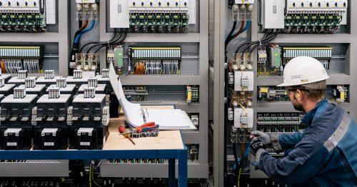IFÜREL Techniker im Schaltraum einer Grossanlage